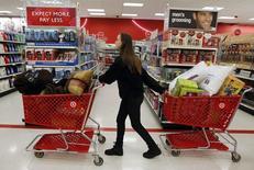 """Una mujer empuja un carro de compras a través de los pasillos de una tienda Target, en el día de compras catalogado como """"Viernes Negro"""", en Torrington, Connecticut, 25 de noviembre de 2011. Las ventas minoristas de Estados Unidos bajaron imprevistamente en junio pues las familias redujeron las adquisiciones de autos y una serie de otros productos, lo que podría aumentar las preocupaciones de que la economía vuelva a debilitarse. REUTERS/Jessica Rinaldi"""