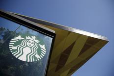 Starbucks, qui ouvrira en 2016 des boutiques en Afrique sub-saharienne après avoir passé mardi un accord avec Taste Holdings, à suivre mardi sur les marchés américains. /Photo d'archives/REUTERS/Lucy Nicholson