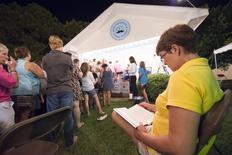 """Mulher lê """"Go Set A Watchman"""" em livraria Ol' Curiosities & Book Shoppe, em Monroeville. 14/07/2015 REUTERS/Michael Spooneybarger"""