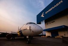Un avión E-175 de la brasieña Embraer, en la fábrica de la empresa, en Sao Jose dos Campos, 16 de octubre de 2014. El fabricante brasileño de aviones Embraer SA entregó 27 aviones comerciales y 33 aeronaves ejecutivas en el segundo trimestre del 2015, dijo la compañía en un comunicado enviado por correo electrónico el miércoles. REUTERS/Roosevelt Cassio