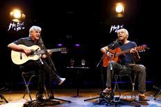 """Caetano Veloso e Gilberto Gil apresentam show """"Dois Amigos, Um Século de Música"""" no Festival de Jazz de Montreux, na Suíça, nesta quarta-feira. 15/07/2015 REUTERS/Denis Balibouse"""