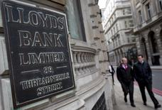 Le Royaume-Uni a ramené sa participation dans Lloyds Banking Group sous la barre des 15% dans le cadre de son désengagement progressif. L'Etat avait pris 43% du capital de la banque pendant la crise financière de 2007-2008, moyennant un coût de 20,5 milliards de livres pour le contribuable britannique. A ce jour, les ventes d'actions Lloyds lui ont permis de récupérer plus de 13 milliards de livres (18,63 milliards d'euros). /Photo d'archives/REUTERS/Neil Hall