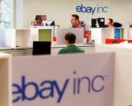 La société de commerce électronique eBay a annoncé jeudi la cession de sa division professionnelle à un consortium emmené par le fonds d'investissement Permira pour 925 millions de dollars (850 millions d'euros). /Photo d'archives/REUTERS/Beck Diefenbach
