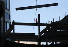 Les mises en chantier de logements ont fait un bond en avant en juin aux Etats-Unis après leur recul du mois précédent et les permis de construire se sont encore rapprochés d'un pic de huit ans, reflétant un marché de logement en rapide amélioration. /Photo prise le 23 juin 2015/REUTERS/Mike Blake