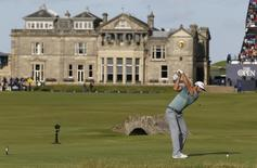 Dustin Johnson of the U.S. hits his tee shot on the 18th hole during the second round of the British Open golf championship on the Old Course in St. Andrews, Scotland, July 18, 2015. REUTERS/Paul Childs