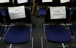 Стулья для кубинской и американской делегаций на пресс-конференции в Вашингтоне 22 мая 2015 года. США и Куба в понедельник без всякой помпы вступили в новую эру отношений, официально возобновив дипломатические связи, разорванные более пятидесяти лет назад, и открыв посольства в Гаване и Вашингтоне. REUTERS/Yuri Gripas
