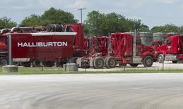 Le groupe américain de services pétroliers Halliburton publie des résultats trimestriels en nette baisse mais meilleurs qu'attendu. Le bénéfice net a fondu de 93% à 53 millions de dollars (49 millions d'euros). /Photo prise le 2 juin 2015/REUTERS/Cooper Neill