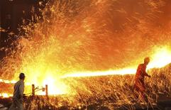 Unos empleados en la acería Dongbei Special Steel Group en Dalian, China, mar 16 2015. La demanda por metales en China, el mayor consumidor mundial de esa materia prima, permanecería débil a mediano plazo ante el intento de las autoridades de contener el crecimiento del crédito, dijo el lunes Goldman Sachs.   REUTERS/China Daily