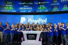 El presidente de PayPal, Dan Schulman (centro), celebra con sus empleados durante su relanzamiento en el Nasdaq en Nueva York, 20 de julio de 2015. Las acciones de PayPal Holdings Inc treparon hasta un 11 por ciento en su altamente anticipado retorno al Nasdaq el lunes, dando un valor a la compañía de casi 52.000 millones de dólares. REUTERS/Lucas Jackson