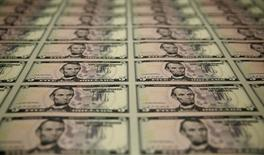 Plantillas de billetes de cinco dólares en la Casa de la Moneda de Estados Unidos en Washington, abr 15 2015. El dólar alcanzó el lunes máximos en tres meses contra una canasta de monedas a la par de una subida de los rendimientos de los bonos del Tesoro, ante una renovada expectativa de los operadores de un alza de las tasas de interés antes de fin de año. REUTERS/Gary Cameron