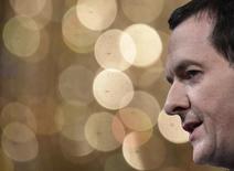 Le ministre des Finances britannique, George Osborne (photo), a ouvert mardi un nouveau front dans sa campagne en faveur de la rigueur budgétaire en demandant à certains ministères d'identifier jusqu'à 40% de coupes dans les dépenses d'ici la fin de la décennie, avant le lancement du débat sur le maintien du pays dans l'Union européenne. /Photo prise le 20 mai 2015/REUTERS/Toby Melville