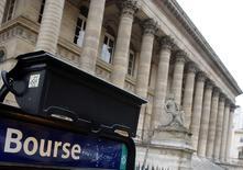 Les Bourses européennes évoluent dans le rouge mercredi à la mi-séance, dans le sillage des valeurs technologiques après les résultats décevants publiés la veille par Apple et dans l'anticipation d'une nouvelle baisse à Wall Street. Vers 10h50 GMT, le CAC 40 reculait de 0,28%, le Dax cédait 0,44% et le FTSE 1,04%. /Photo d'archives/REUTERS/Régis Duvignau