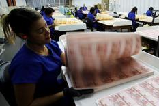 Trabajadores revisan plantillas de billetes en la Casa de la Moneda brasileña en Río de Janeiro, 23 de agosto de 2012. El Gobierno brasileño necesita 500.000 millones de reales adicionales (157.000 millones de dólares) de los contribuyentes en los próximos 15 años para llevar a las finanzas públicas y la deuda nacional a un camino sostenible, mostró un estudio privado. REUTERS/Sergio Moraes