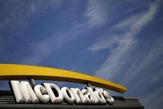 McDonald's annonce un bénéfice au deuxième trimestre en recul de 13%, son chiffre d'affaires à périmètre constant ayant baissé en raison d'une moindre l'affluence dans ses restaurants. /Photo d'archives/REUTERS/Lucy Nicholson