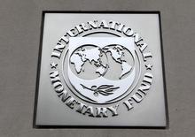 El logo del Fondo Monetario Internacional, en la sede del organismo en Washington, 18 de abril de 2013. Japón debe evitar una sobredependencia en la debilidad del yen para reflotar la economía y desplegar una nueva ronda de reformas estructurales, dijo el jueves el Fondo Monetario Internacional. REUTERS/Yuri Gripas