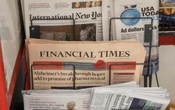 Газета Financial Times в киоске в Лондоне 23 июля 2015 года. Японская Nikkei решила купить у британской Pearson за $1,31 миллиарда FT Group, издателя газеты Financial Times, чтобы объединить усилия двух ведущих поставщиков финансовой информации в Европе и Азии. REUTERS/Peter Nicholls