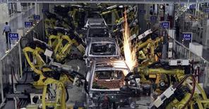 Un nouveau vent de consolidation souffle depuis un mois sur le monde des équipementiers automobiles, soucieux de réorganiser leurs portefeuilles pour conserver leur avance technologique et rester compétitifs face aux demandes de constructeurs de plus en plus mondialisés. Le secteur s'est pourtant déjà beaucoup restructuré pendant la crise de 2008-2009, à la fois aux Etats-Unis et en Europe, mais il vient d'entreprendre à nouveau une vaste redistribution des cartes. /Photo d'archives/REUTERS/Babu