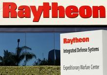 Le groupe de défense Raytheon fait état de résultats du deuxième trimestre supérieurs aux attentes grâce à une demande internationale soutenue. Le groupe a dégagé un bénéfice net des activités poursuivies de 504 millions de dollars (459 millions d'euros), contre 499 millions (1,59 dollar/action) il y a un an. /Photo d'archives/REUTERS/Mike Blake