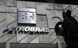 Los trabajadores petroleros de Brasil comenzaron una huelga de 24 horas el viernes, en un intento por frenar los planes para reducir el tamaño de la petrolera estatal Petrobras, de acuerdo con el principal sindicato que representa a los empleados de la firma. En la imagen, un policía frente a la sede de Petrobras, durante una protesta en Río de Janeiro. 4 de marzo de 2015. REUTERS/Sergio Moraes