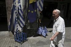 Homem em frente bandeiras da Grécia e da União Europeia, em Atenas.  24/07/2015  REUTERS/Yiannis Kourtoglou