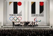 Dirigentes e atletas na apresentação dos logos oficiais dos Jogos Olímpicos e Paralímpicos de Tóquio. 24/07/2015 REUTERS/Yuya Shino
