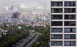 Imagen de archivo de unos edificios en Teherán, mayo 17 2008. Irán ofreció vender activos estatales a extranjeros, dijo que reducirá el papel del Gobierno en la economía y prometió una política monetaria estricta, con el propósito de atraer miles de millones de dólares en inversiones extranjeras luego de más de una década de aislamiento.  REUTERS/Morteza Nikoubazl