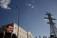 Salarié de l'opérateur grec de réseau électrique Admie. La Grèce va explorer des alternatives à la privatisation d'Admie dans le cadre des négociations avec ses créanciers sur un troisième plan d'aide, a déclaré le nouveau ministre grec de l'Energie dans un entretien à l'hebdomadaire Agora, publié samedi. /Photo d'archives/REUTERS/Yorgos Karahalis
