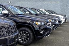 2015 Jeep Grand Cherokee are exhibited on a car dealership in New Jersey, July 24, 2015. Fiat Chrysler will recall 1.4 million vehicles in the United States to install software to prevent hackers from gaining remote control of the engine, steering and other systems in what federal officials said was the first such action of its kind. REUTERS/Eduardo Munoz