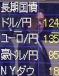 Пешеход отражается в экране, показывающем курсы валют, в Токио 28 мая 2015 года. Курс доллара снижается к евро и иене после падения котировок американских акций и доходности облигаций и накануне ежемесячного совещания ФРС. REUTERS/Yuya Shino