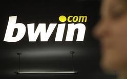 La société britannique de jeux en ligne GVC a soumis une nouvelle offre d'environ un milliard de livres (1,4 milliard d'euros) pour racheter Bwin.party Digital Entertainment, qui vient pourtant d'accepter d'être reprise par 888 Holdings. /Photo d'archives/REUTERS/Herwig Prammer