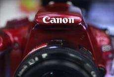 Логотип Canon Inc на фотоаппарате Canon EOS Kiss X50 в Токио 23 октября 2012 года. Японская Canon Inc снизила годовой прогноз и объявила о 16-процентном падении чистой прибыли во втором квартале из-за снижения числа покупателей компактных цифровых камер. REUTERS/Yuriko Nakao