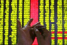 Les actions chinoises ont chuté de plus de 8% en clôture lundi, leur plus forte baisse quotidienne en huit ans, affectées par des inquiétudes concernant la croissance de la deuxième économie mondiale et ravivant le spectre d'un krach boursier qui a récemment poussé le gouvernement à des interventions massives. /Photo d'archives/REUTERS