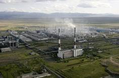 Вид на Саяногорский алюминиевый завод в 500 километрах к югу от Красноярска 19 июня 2009 года. Падение ВВП РФ в первом полугодии составило 3,4 процента, а по итогам года спад не превысит 2,6-2,8 процента, сообщил журналистам в Бресте глава Минэкономразвития Алексей Улюкаев.  REUTERS/Sergei Karpukhin