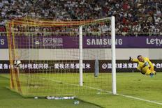 Goleiro da Inter da Milão, Samir Handanovic, leva gol de falta de James Rodríguez, do Real Madrid. 27/07/2015 REUTERS/Tyrone Siu