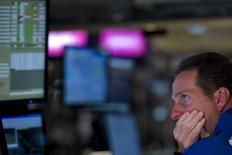 Трейдер на фондовой бирже в Нью-Йорке. 27 июля 2015 года. Фондовые рынки США снизились в понедельник вслед за максимальным за восемь лет падением китайского рынка. REUTERS/Brendan McDermid