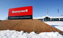 A view of the corporate sign outside the Honeywell International Automation and Control Solutions manufacturing plant in Golden Valley, Minnesota, January 28, 2010. . REUTERS/ Eric Miller