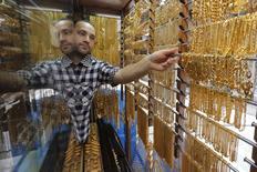 Золотые цепочки в ювелирном магазине в Аммане. 27 июля 2015 года. Цены на золото близки к минимуму 5,5 лет, отражая нежелание инвесторов покупать драгметалл в ожидании повышения процентных ставок ФРС. REUTERS/Muhammad Hamed