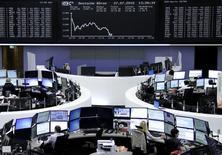 Operadores trabajando en la bolsa de Fráncfort, Alemania, el 27 de julio de 2015. Las bolsas europeas rebotaban a primera hora del martes tras caer en las cinco sesiones previas, después de varios resultados sólidos de empresas y algunas noticias sobre fusiones y adquisiciones. REUTERS/Staff/remote