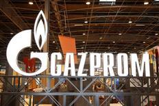 Логотип Газпрома на конференции в Париже. 2 июня 2015 года. Минэкономразвития РФ ждет, что добыча газа Газпрома в 2015 году упадет до рекордного минимума в 414 миллиардов кубометров после 444 миллиарда кубометров в 2014 году из-за спада внешнего спроса, повлекшего снижение инвестиций в добычу. REUTERS/Benoit Tessier