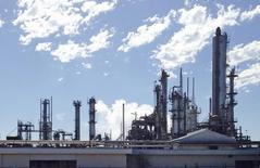 Завод DuPont в Техасе. 17 ноября 2014 года. Прибыль компании DuPont, производящей химическую и сельскохозяйственную продукцию, снизилась на 12 процентов во втором квартале из-за падения сельскохозяйственных доходов и укрепления доллара. REUTERS/Erwin Seba