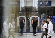 Royal Bank of Scotland compte vendre jusqu'à 2,2 milliards de dollars (deux milliards d'euros) d'actions supplémentaires de son ancienne filiale américaine Citizens, ce qui ramènerait sa participation à moins d'un quart. /Photo prise le 17 juin 2015/REUTERS/Stefan Wermuth