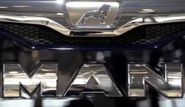 El logo de MAN, en el puesto de la fabricante de camiones alemana, en un show de autos en Hanover, 23 de septiembre de 2014. El fabricante de camiones alemán MAN recortó sus expectativas de ganancias y ventas para este año después de registrar pérdidas en el segundo trimestre debido a costos de reestructuración y una caída de la demanda en Brasil. REUTERS/Fabian Bimmer