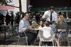 Una familia en un restaurant mientras activistas de Ocuppy Wall Street protestas por las calles del distrito financiero de Nueva York, 17 de septiembre de 2012. El sector servicios de Estados Unidos se expandió en julio a un ritmo más rápido que en el mes previo, gracias una aceleración en el crecimiento del empleo y de nuevas empresas, mostró el martes un reporte de la industria. REUTERS/Andrew Burton