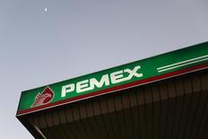 Una gasolinera Pemex en Ciudad de México, 13 de enero de 2015. La petrolera estatal mexicana Pemex reportó el martes una pérdida neta de 84,572 millones de pesos (5,388 millones de dólares) en el segundo trimestre, 62 por ciento más que en el mismo lapso del 2014, golpeada por la caída de los precios del crudo y una menor producción. REUTERS/Edgard Garrido
