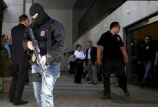 Policiais federais deixam a sede da Eletronuclear no Rio de Janeiro. 28/07/2015 REUTERS/Sergio Moraes