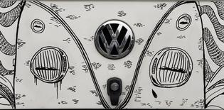 Логотип Volkswagen на микроавтобусе в Сан-Бернарду-ду-Кампу, Бразилия 8 декабря 2013 года. Прибыль Volkswagen во втором квартале выросла на 4,9 процента благодаря улучшению спроса на автомобили в Восточной Европе и сокращению расходов. REUTERS/Paulo Whitaker