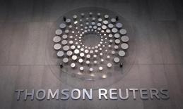 El logo de Thomson Reuters en la entrada de la compañía en Times Square, Nueva York, 29 de octubre de 2013. Thomson Reuters Corp reportó el miércoles una ganancia trimestral superior a la esperada pese a que sus ingresos se vieron afectados por las variaciones en el tipo de cambio. REUTERS/Carlo Allegri