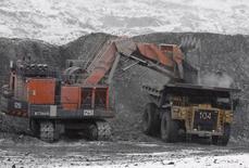 Техника на месторождении Кумтор в Киргизии 14 марта 2013 года.  Киргизия намерена до конца года произвести около тонны золота на новом руднике, построенном в горах Тянь-Шаня при участии китайского инвестора, и верит в успех проекта вопреки по-прежнему низким ценам на драгметалл. REUTERS/Shamil Zhumatov
