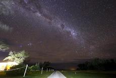 La Vía Láctea vista desde la isla Lady Elliot, en Australia, el 10 de junio de 2015. El litio descubierto por primera vez en un tipo de explosión estelar conocido como nova podría ayudar a develar un antiguo misterio de la astrofísica sobre la cantidad del elemento que ha sido observado en las estrellas, dijeron astrónomos en un estudio. REUTERS/David Gray