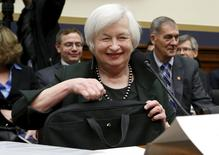 Глава ФРС США Джанет Йеллен перед выступлением в Сенате. Вашингтон, 15 июля 2015 года. Состояние экономики и рынка труда США продолжает улучшаться, сообщила в среду Федеральная резервная системе, приоткрыв дверь для возможного повышения ключевой процентной ставки на заседании в сентябре. REUTERS/Yuri Gripas